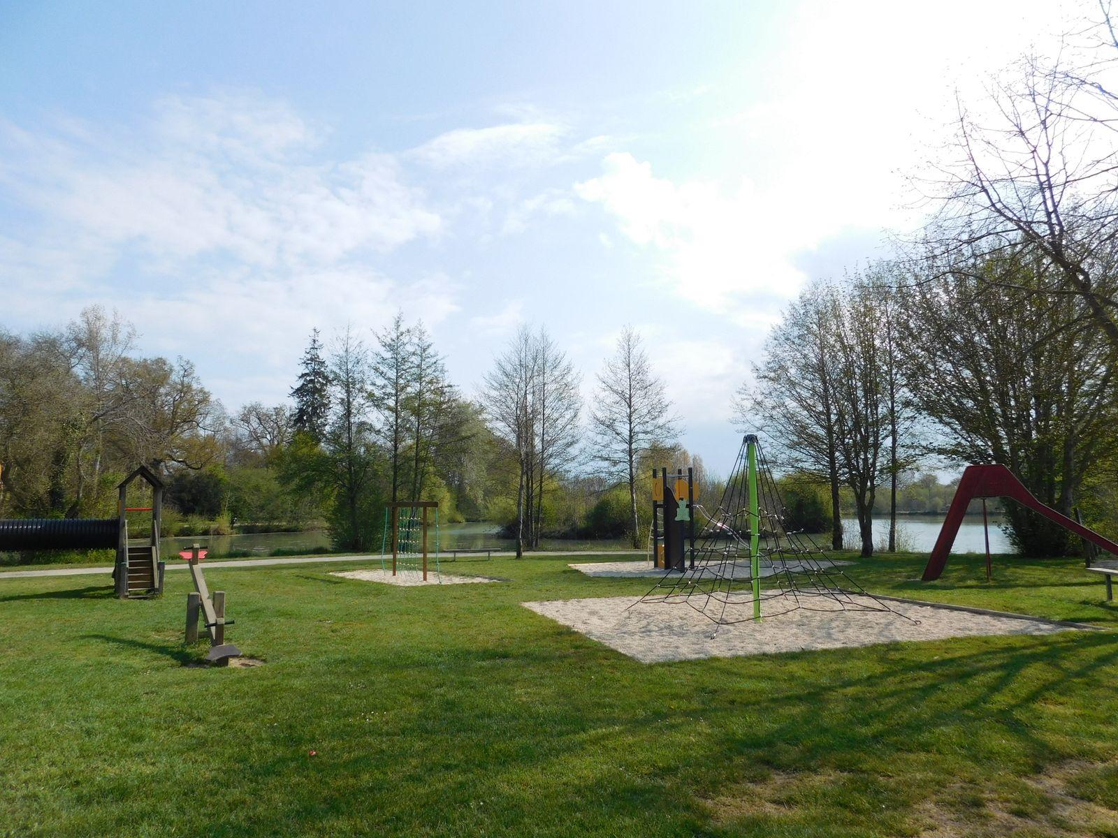 Jeux pour enfants à proximité du plan d'eau