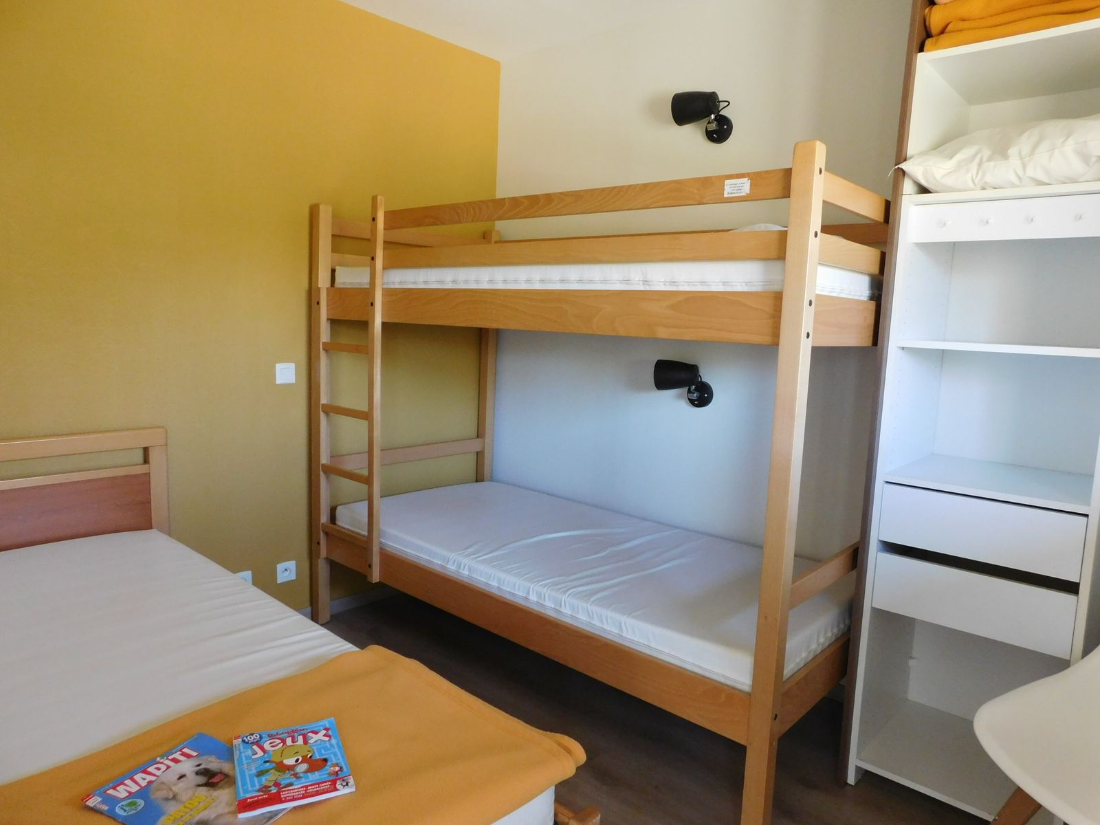 Chambre avec lit simple et lit superposé