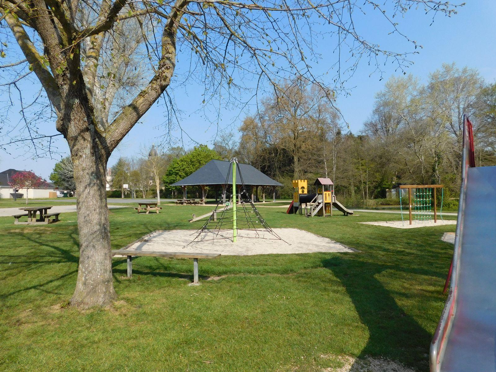 Structure de jeux à proximité du plan d'eau