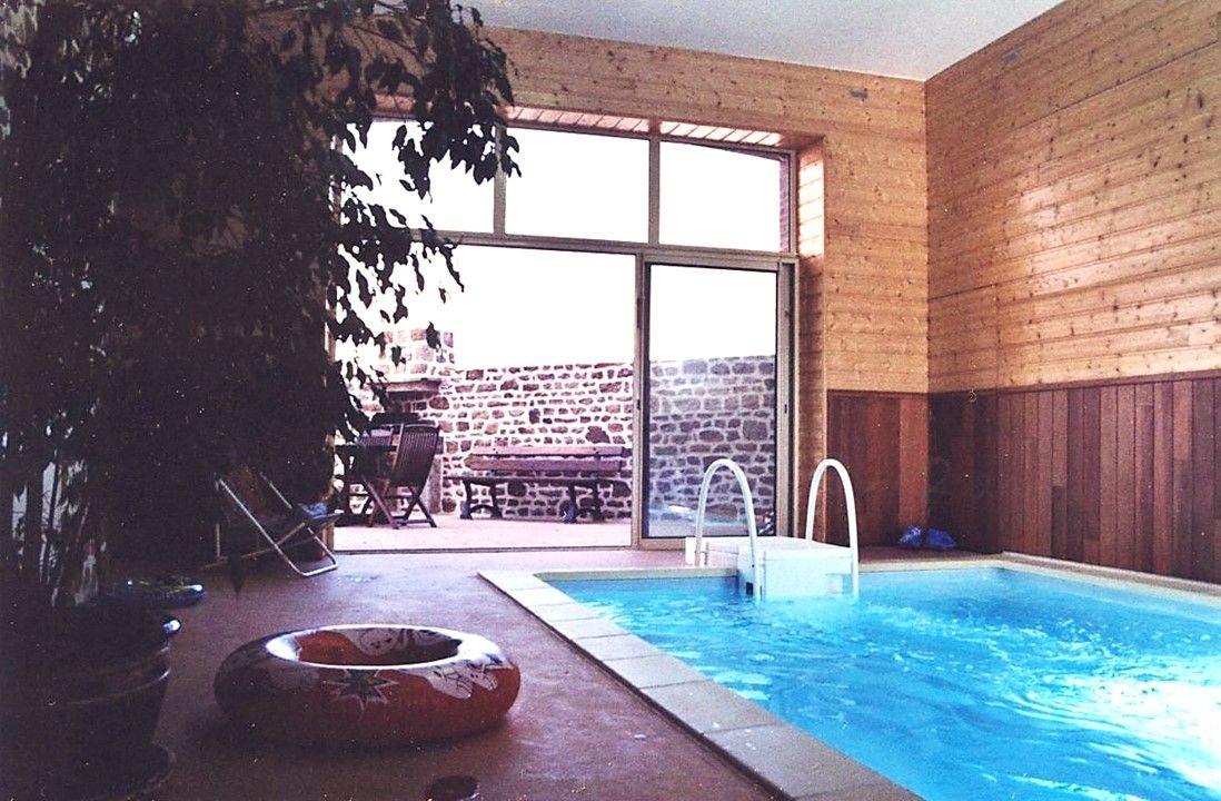 Vaste gîte en Mayenne avec piscine intérieure chauffée, idéale pour se détendre et passer de bons moments entre amis et en famille.