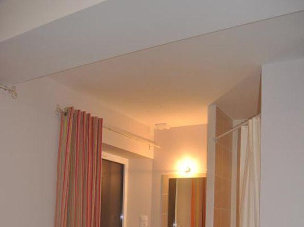 douche privative  et lavabo  dans la chambre orange