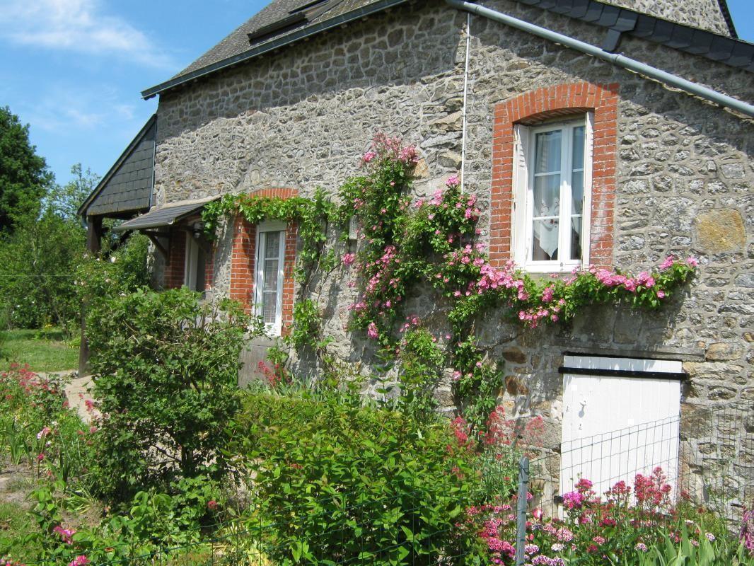 Maison typique en pierre de Mayenne et ardoises