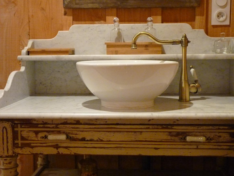 Meubles anciens avec son vasque