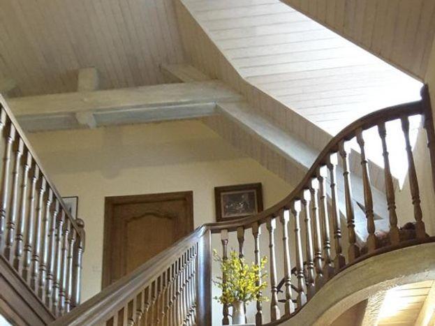 Magnifique escalier amenant au 1er étage, tout l'art du propriétaire menuisier