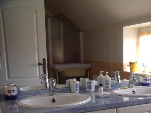 Un équipement de grande qualité, tout le confort dans cette salle d'eau avec  double vasque