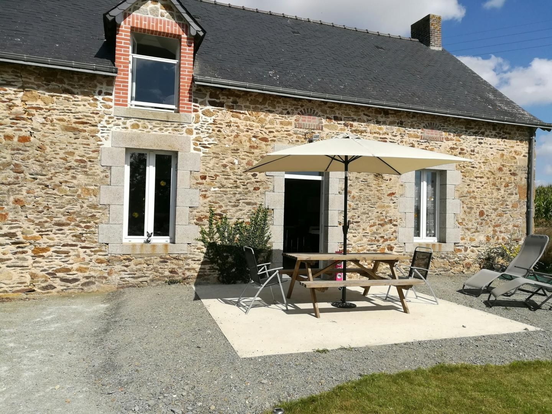 Une belle terrasse pour profiter du soleil dans ce gîte à Montjean en Mayenne