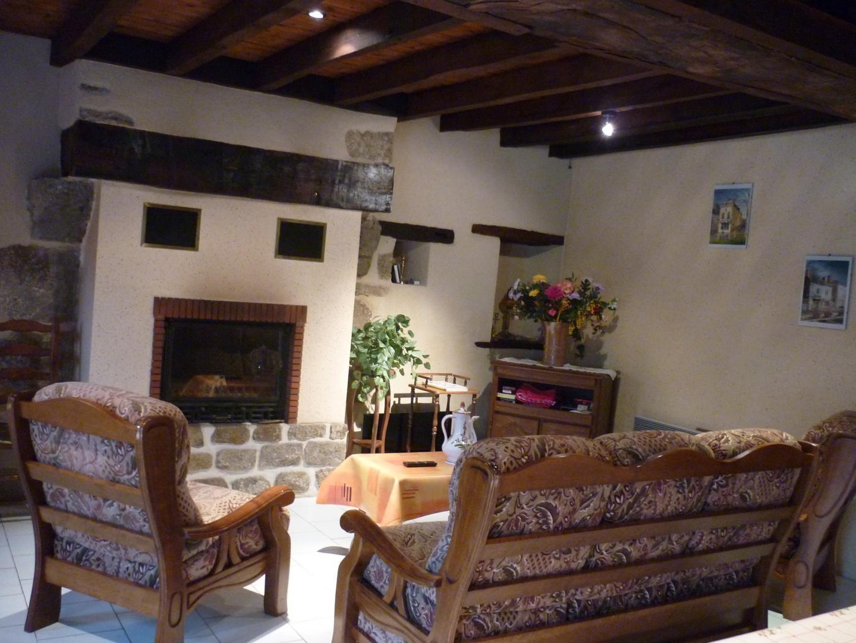 Des fauteuils confortables face à la cheminée
