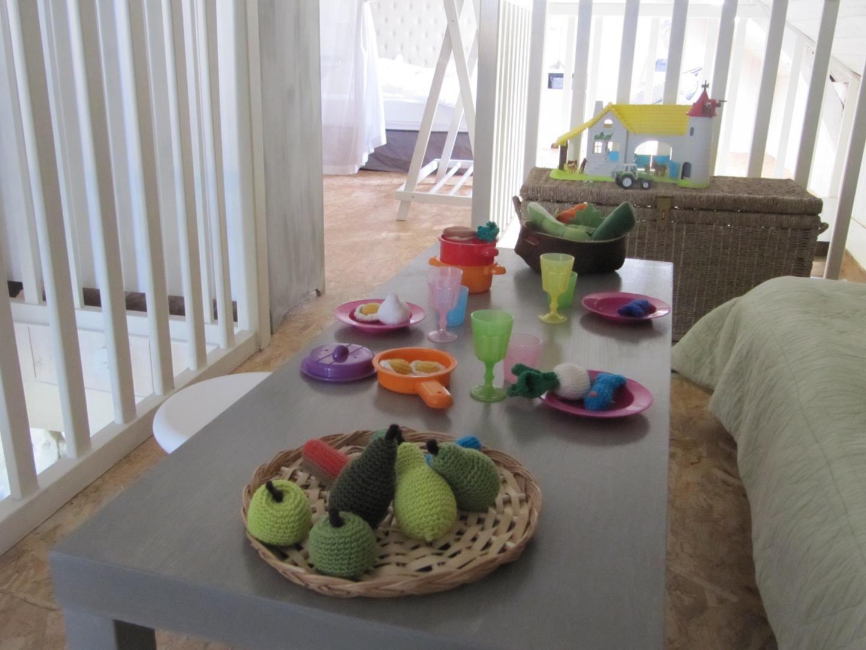 Des jouets pour les enfants et une dînette faite au crochet par mes soins.