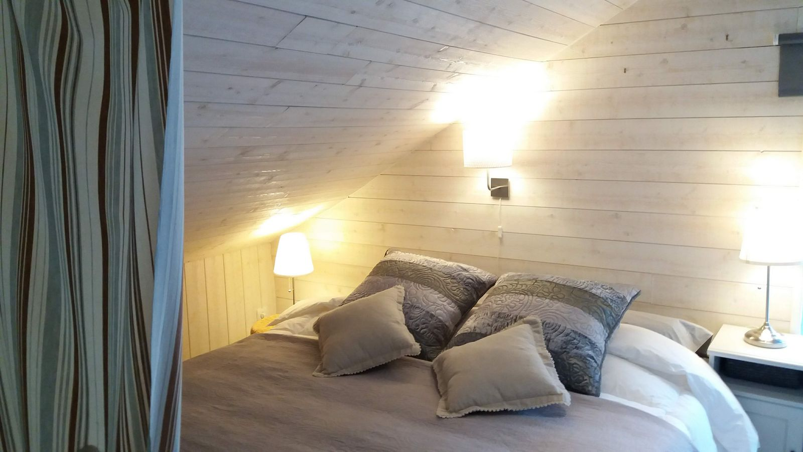 A l'étage, au choix : 2 lits simples 90*200 ou un lit king size 180*200.