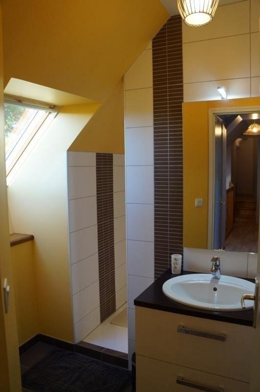 Salle de bain étage, douche à l'italienne. Sèche-cheveux.