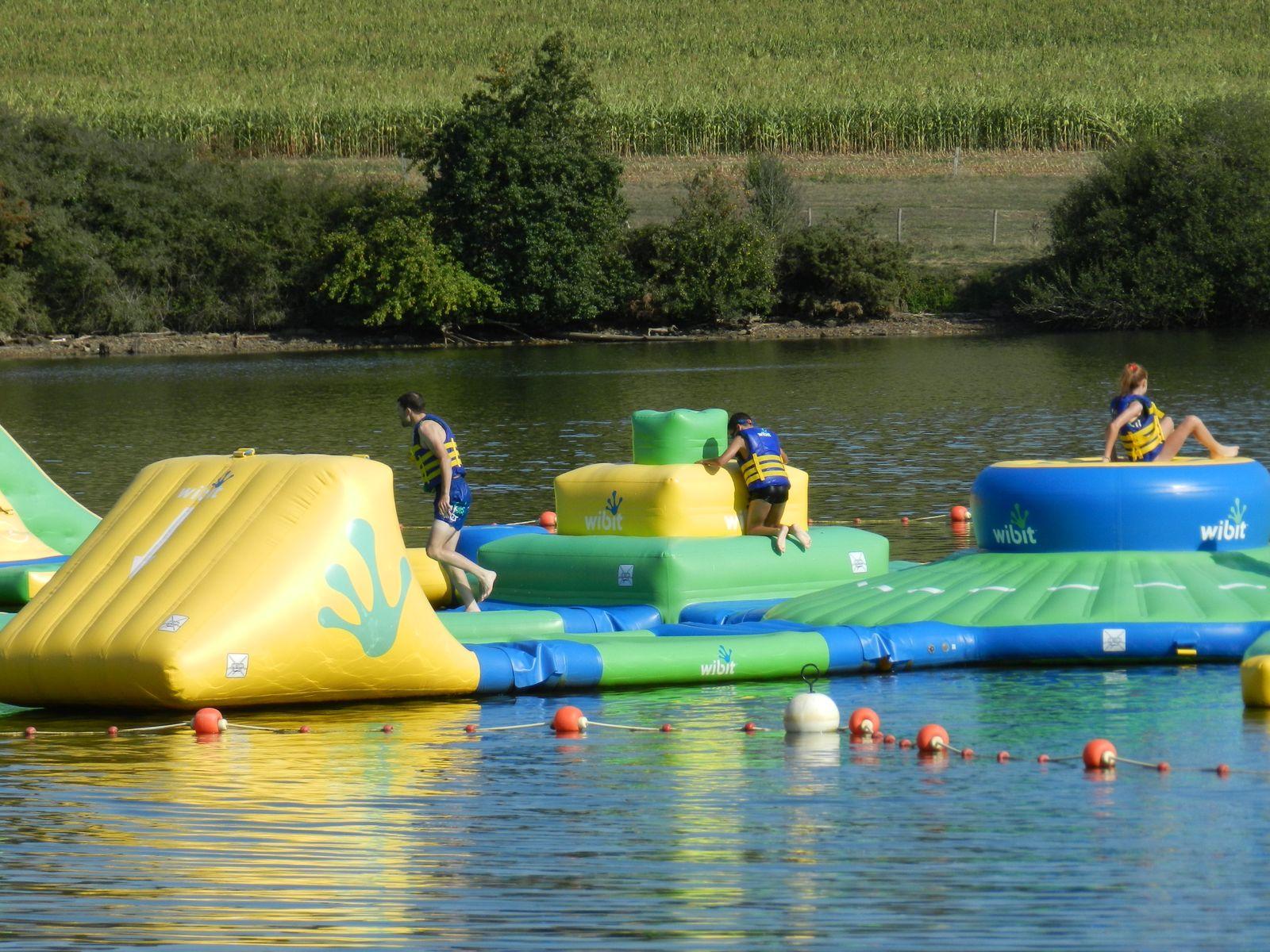 Base de loisirs à  La Haie Traversaine à 10 kms. Plusieurs Activités nautiques Adultes et Enfants.