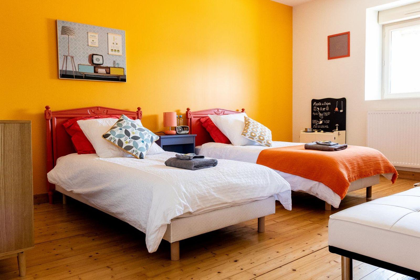 chambre 1 équipée de 2 lits simples et un canapé lit