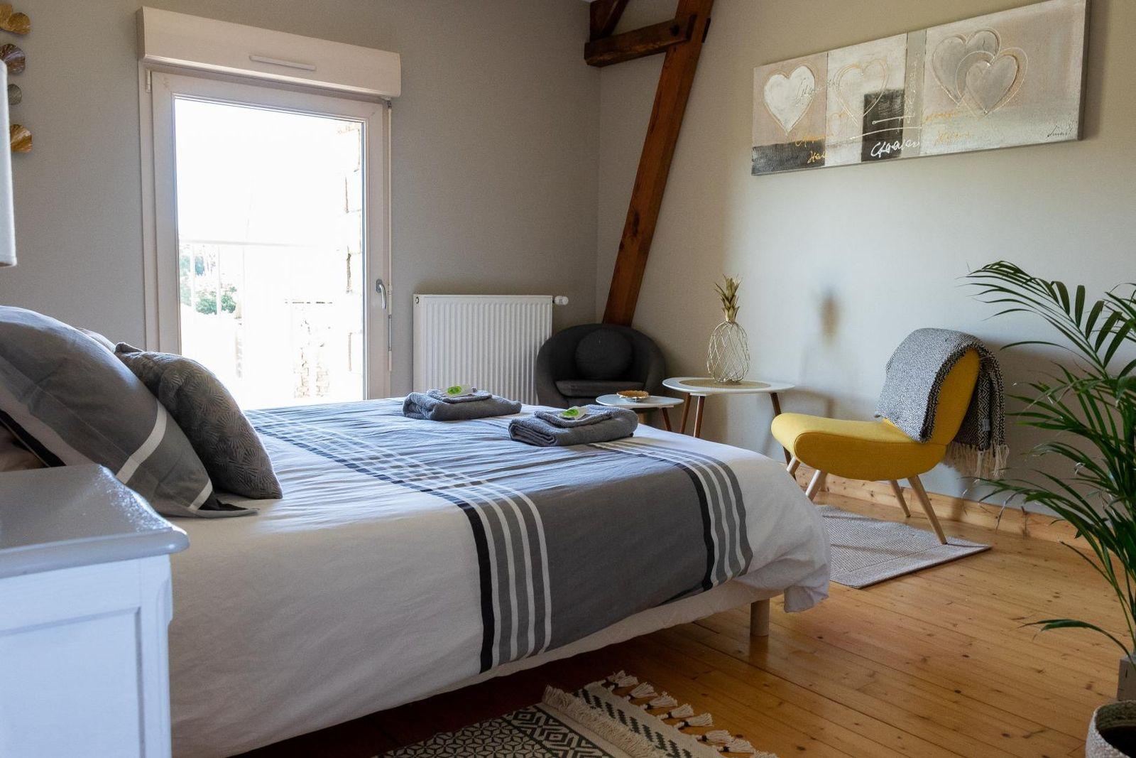 La chambre 2 cosy dispose d'une armoire, d'un lit double 160x200