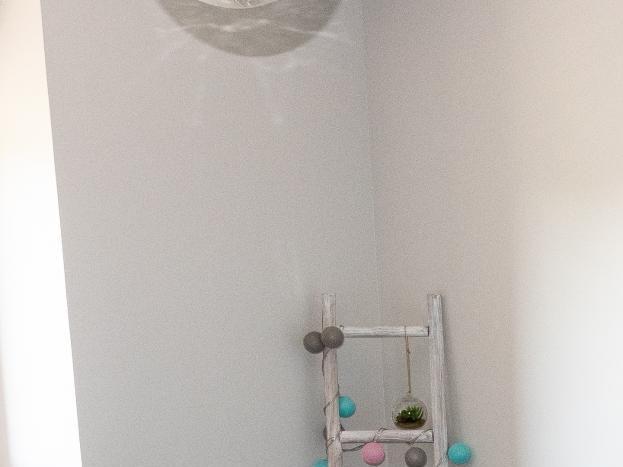 Chambre 4 avec sa commode, ses chaises et sa déco très bleu