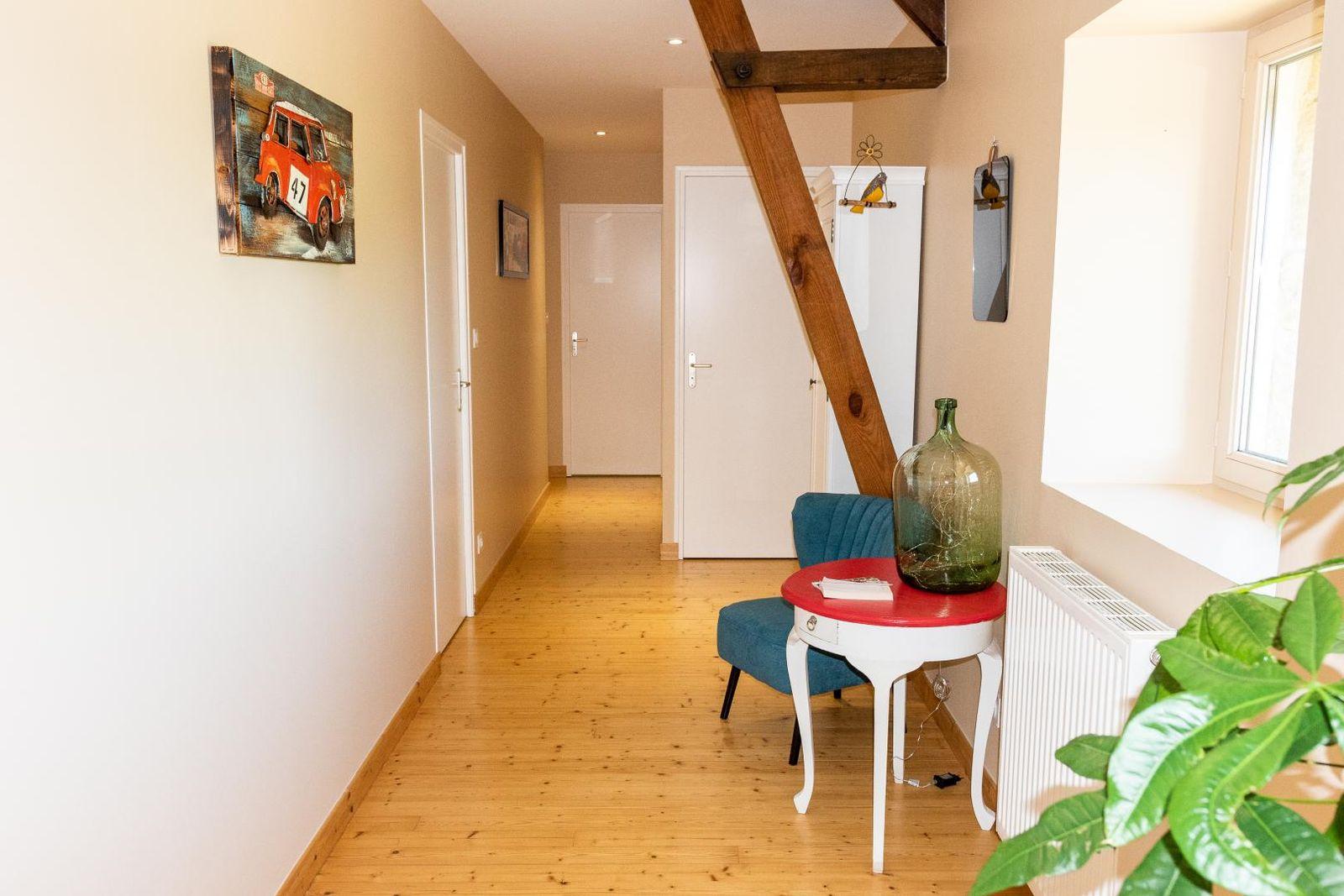 le couloir qui dessert les 4 chambres, un toilette et la salle de bain de l'étage