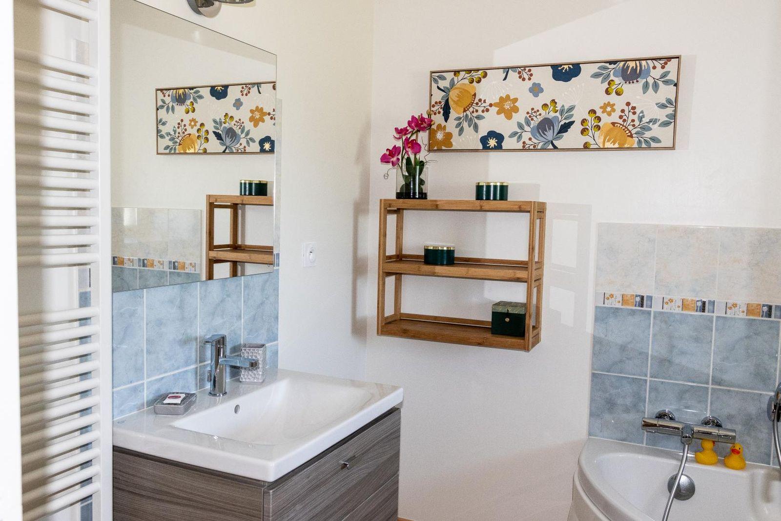 salle de bain étage équipée d'un meuble vasque, une baignoire et une douche