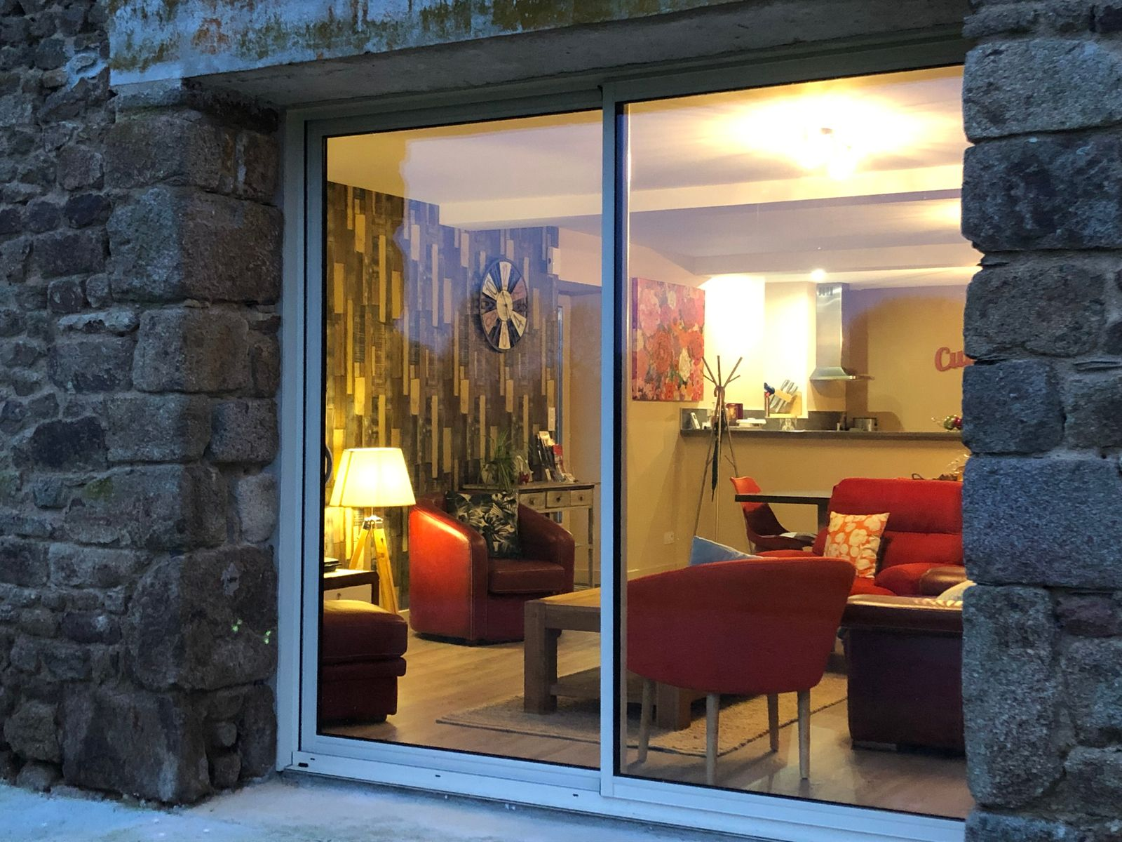 Salon cosy, chaleureux vu de l'extérieur