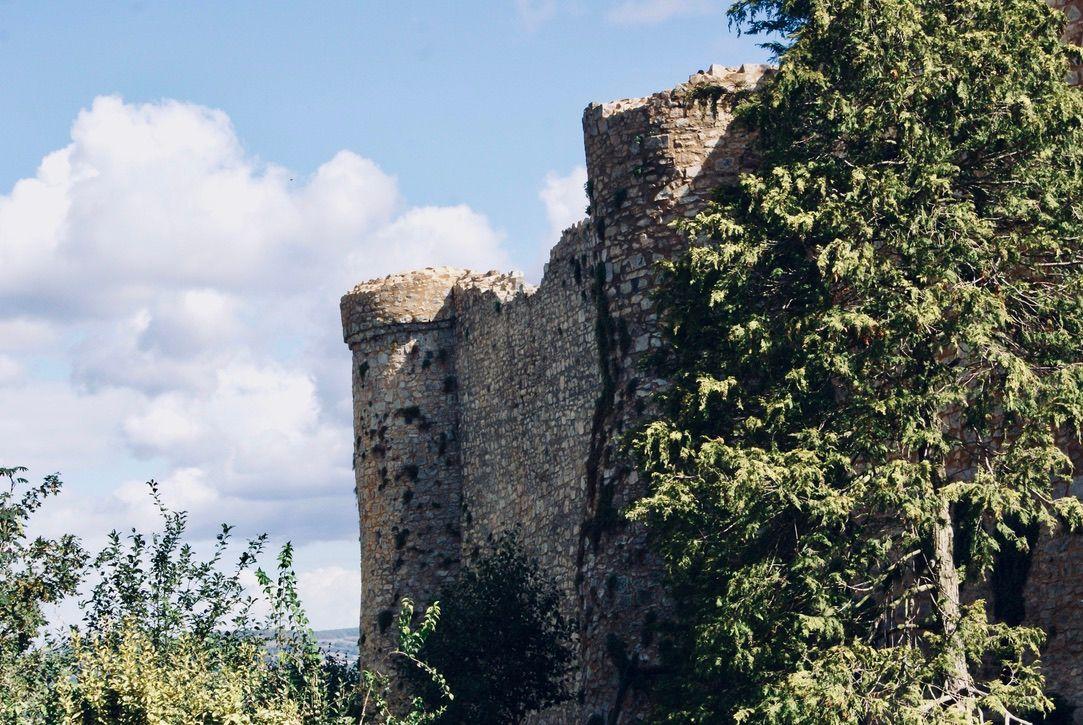 Le château fortifié de Sainte-Suzanne.