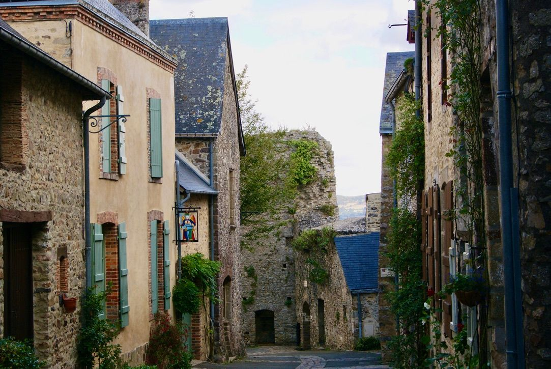 Sillonner les rues de la cité médiévale;