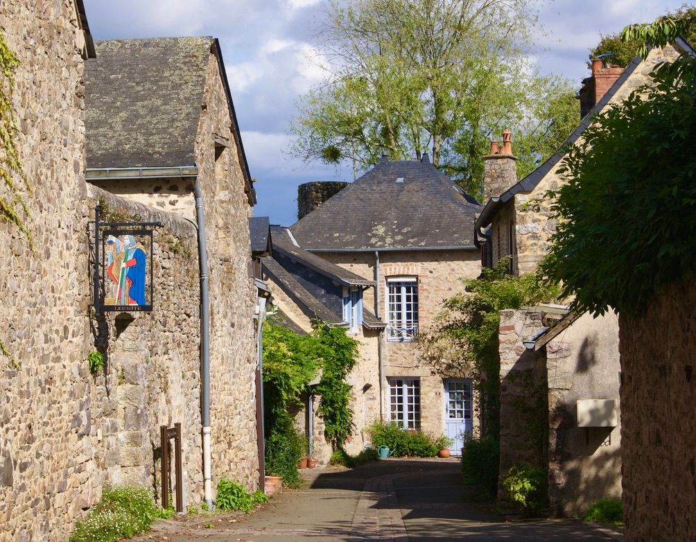 Sillonnez les rues de la cité médiévale à quelques minutes à pied du gîte.