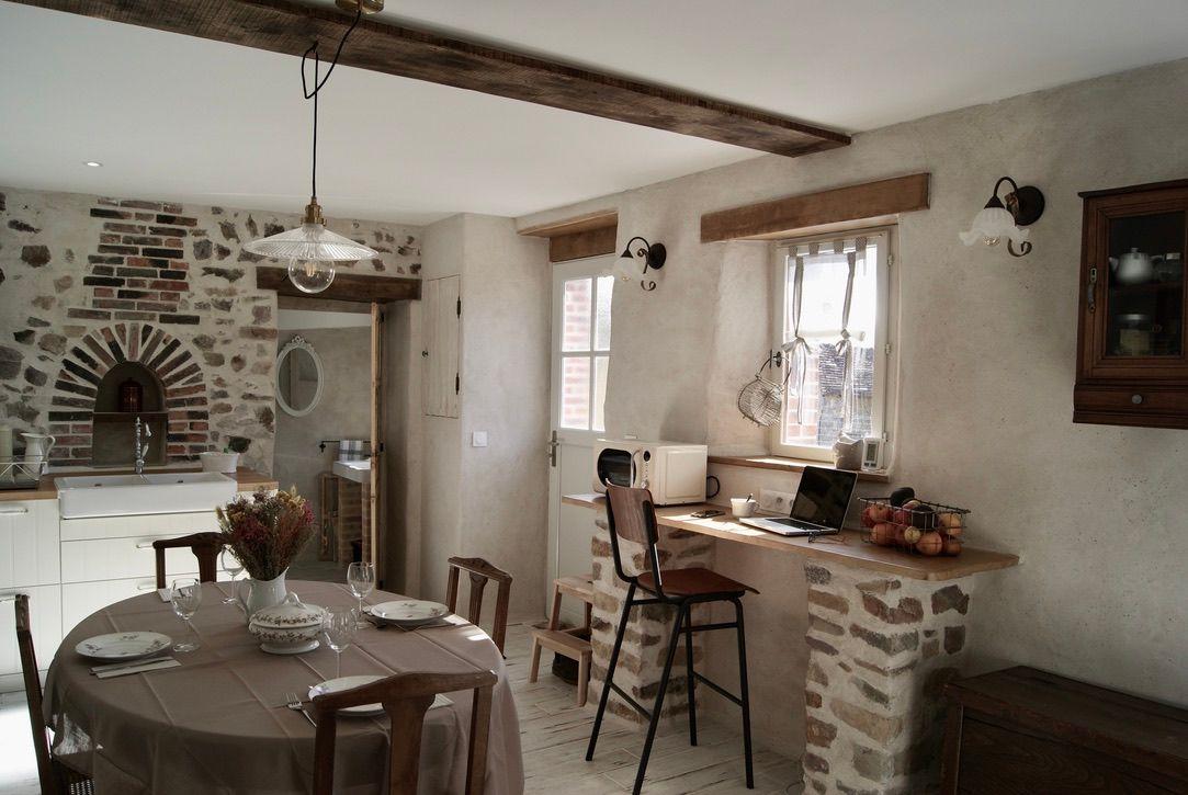 A l'arrière de la cuisine, la buanderie avec fenêtre, coin vestiaire, évier, WC.