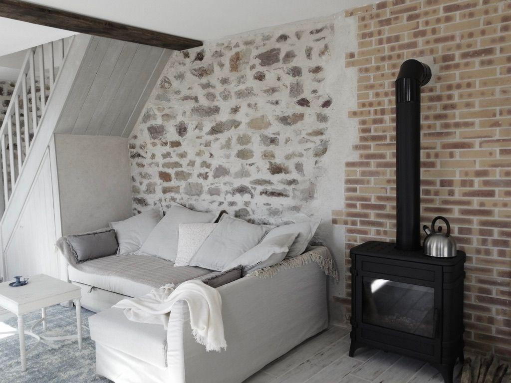 Salon Lys de champs, canapé d'angle confortable et poêle à bois très agréable.
