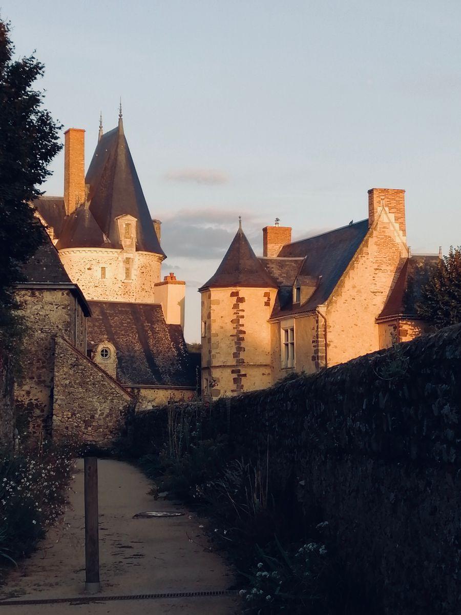 Coucher de soleil sur le château de Sainte-Suzanne (53)