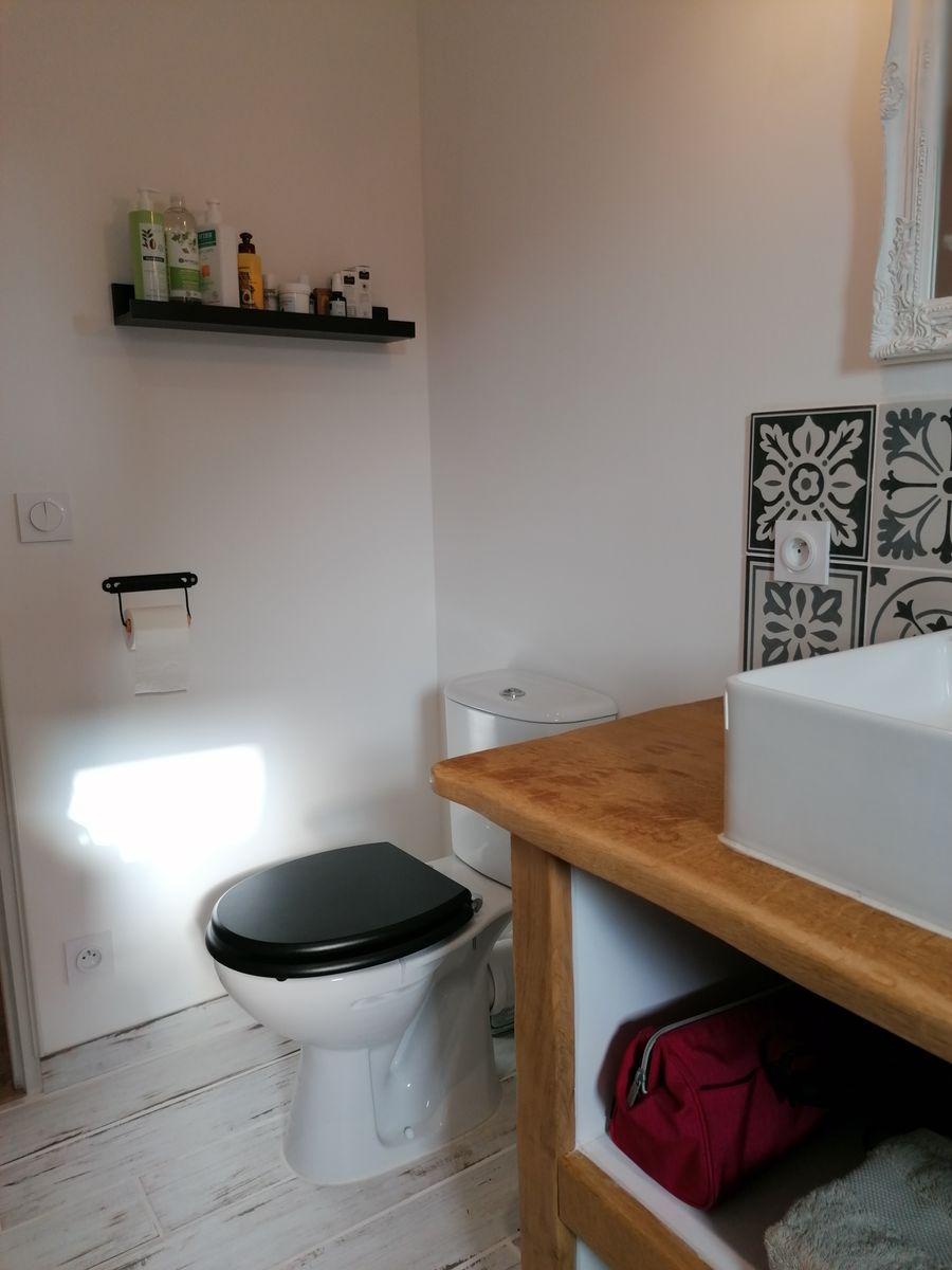 Second WC à l'étage dans la salle d'eau avec fenêtre.