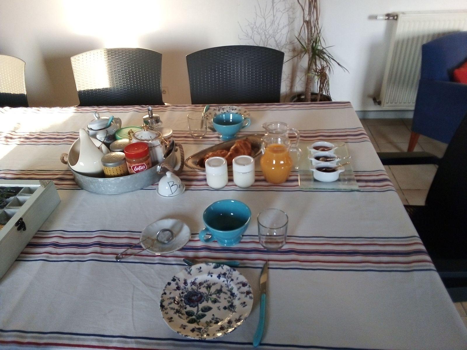 Petit déjeuner avec yaourt maison, pain, viennoiseries, confitures maison….