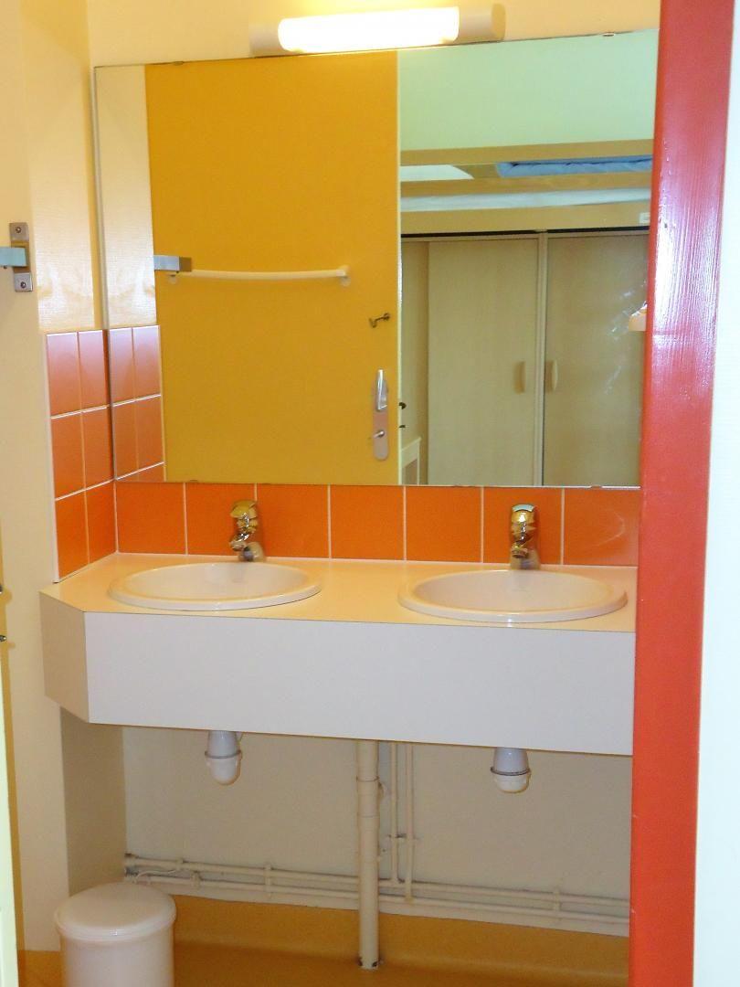 Salle d'eau des chambres à l'étage avec douche, 2 lavabos et toilettes