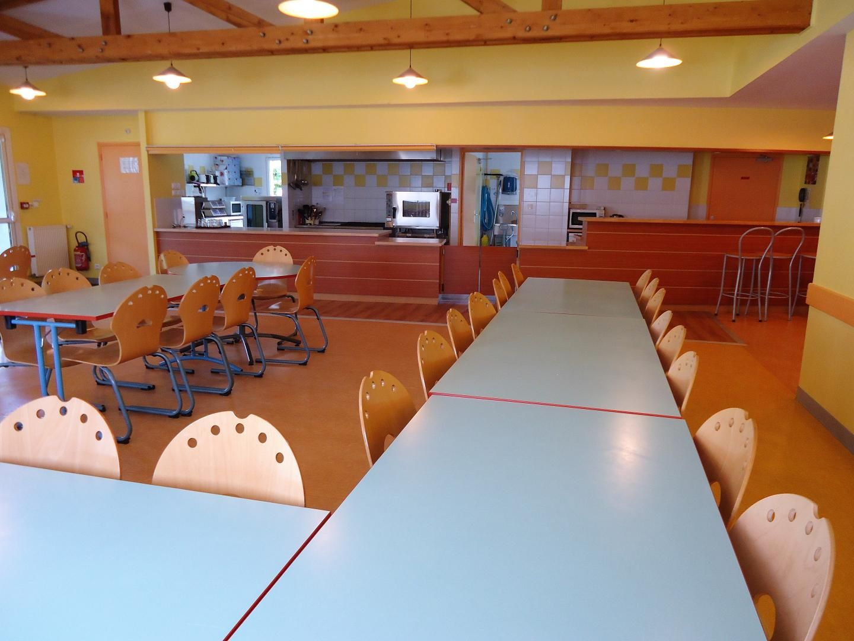 Salle de restaurant avec cuisine ouverte  Rez-de-jardin