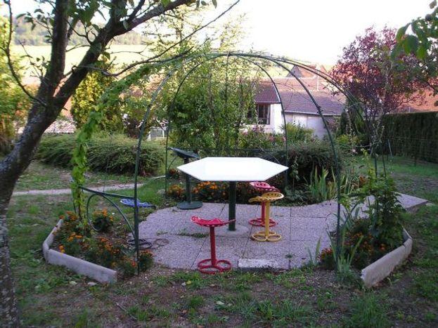 La tonnelle dans le jardin pour lire, dessiner, écrire, pique-niquer.......
