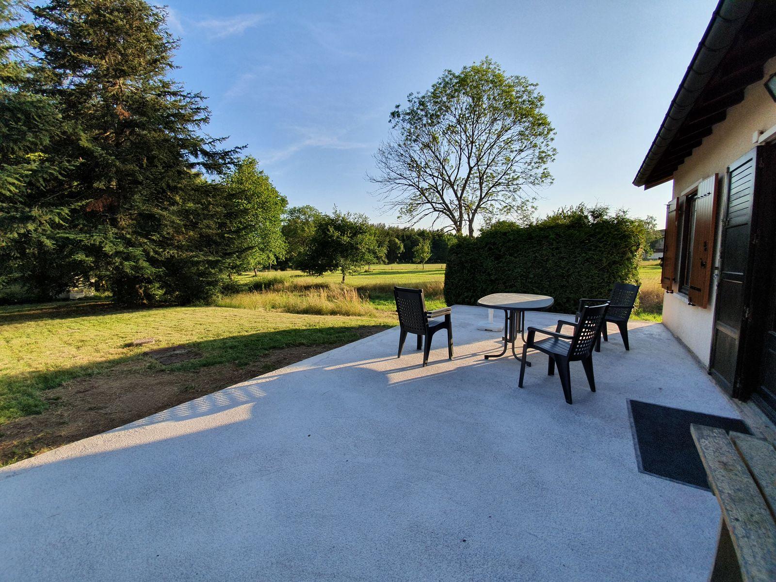 Grande terrasse de 32 m2 à l'arrière de la maison