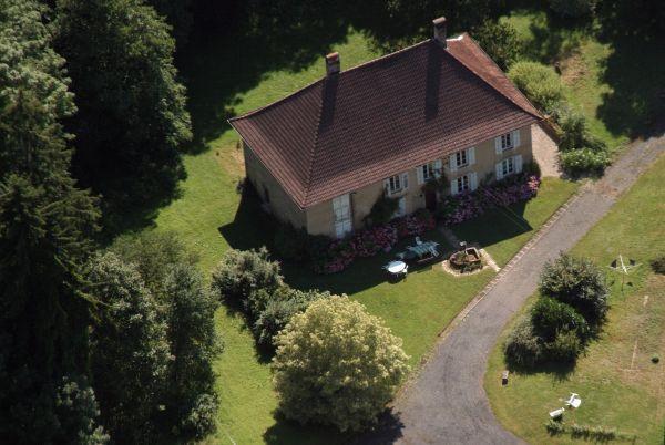 La maison vue du ciel Devant le gîte, petit chemin privé réservé aux hôtes.