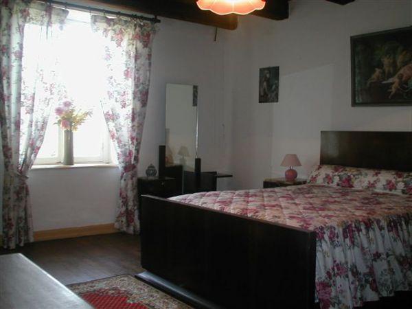 Chambre rose au 1er étage:   1 lit double  (140x190)  + 1 lit bébé (60x120)