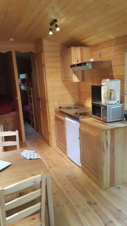 Kitchenette avec four micro-ondes, cafetière, bouilloire, grille-pain, vaisselle et ustensiles de cuisine pour 4 personnes