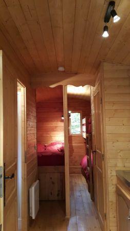 Espace couchage avec un lit double 140 x 190 cm et deux lits simples superposés 70 x 190 cm. Lits faits à votre arrivée.
