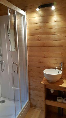Salle d'eau avec douche 80 x 80 cm et vasque. Linge de toilette pour 4 personnes fournis.