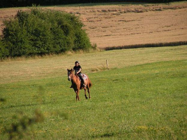 Clara à cheval derriére le gite