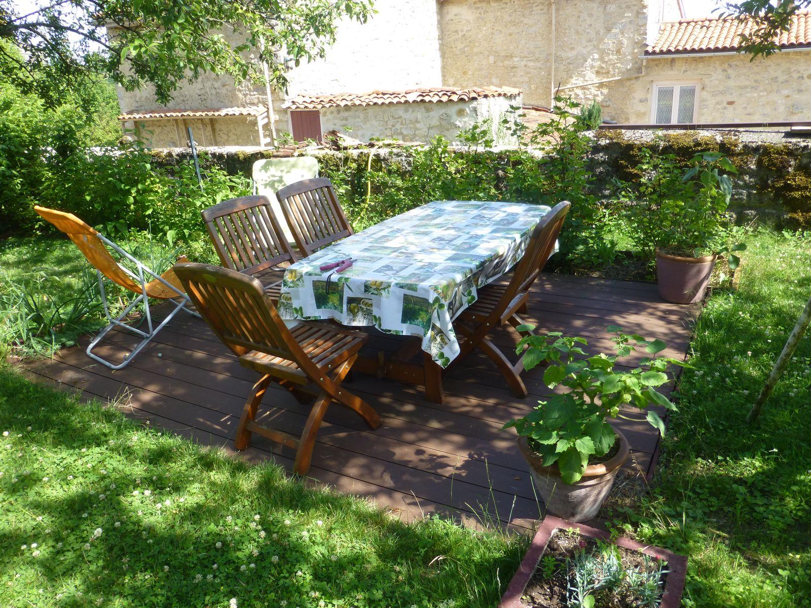 table et banc dans le jardin
