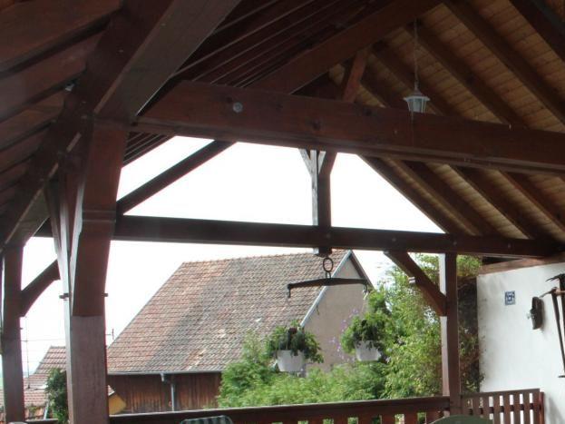 La terrasse couverte avec salon de jardin et chaises longues