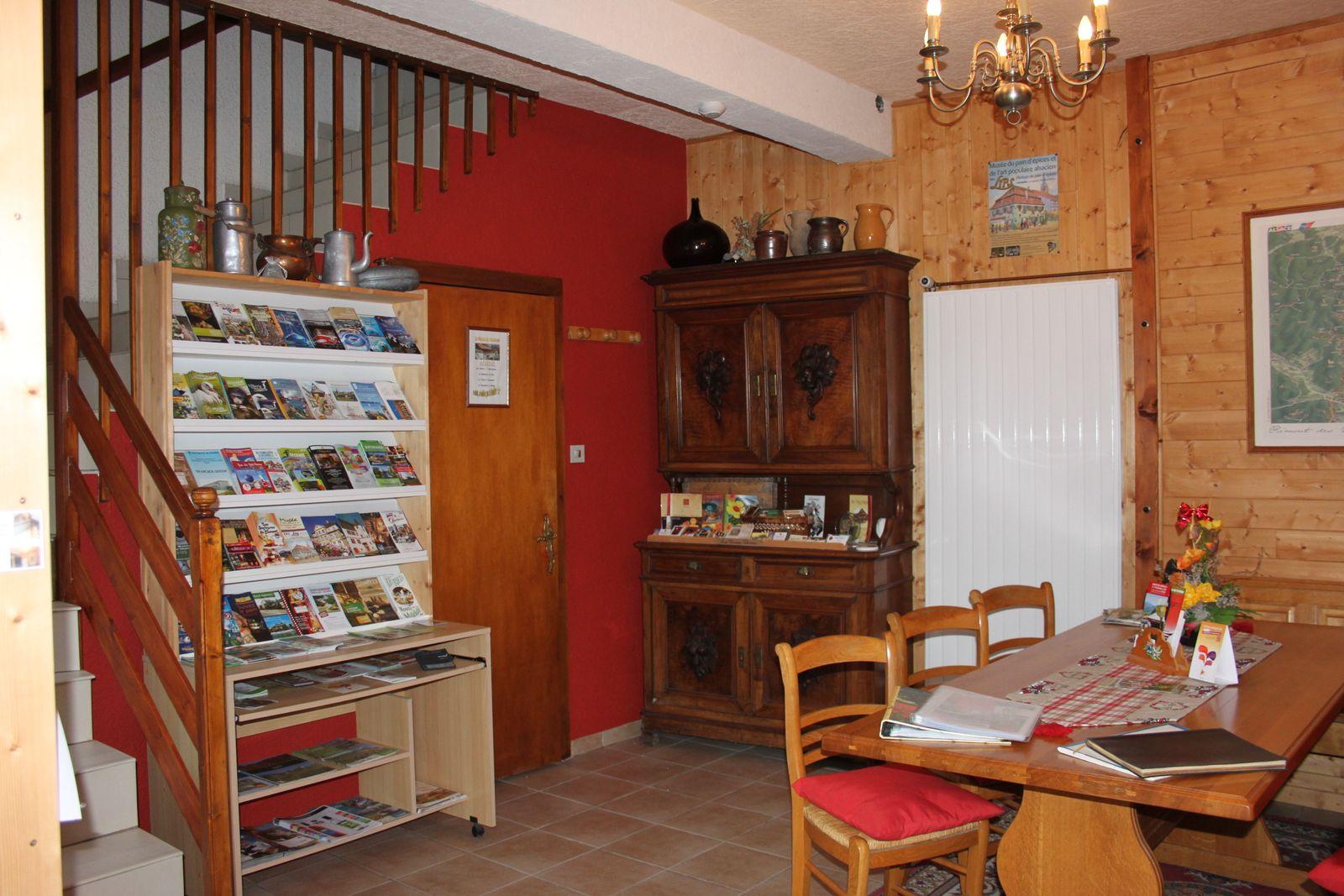 Entrée du gîte avec sa documentation sur la région et salle servant de petits déjeuner
