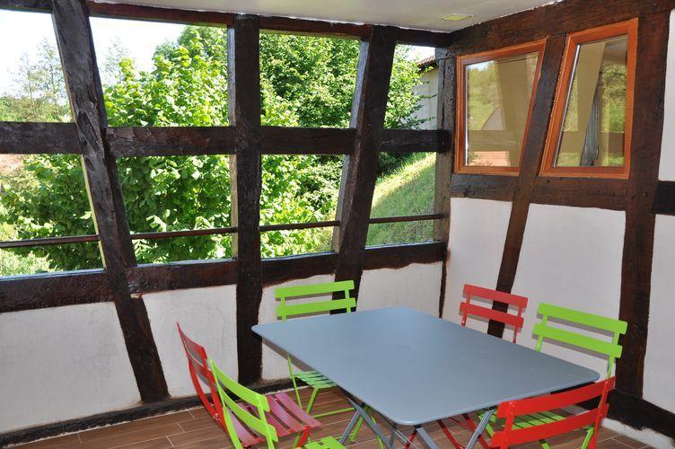 La terrasse, orientée au soleil levant et attenante à la cuisine.