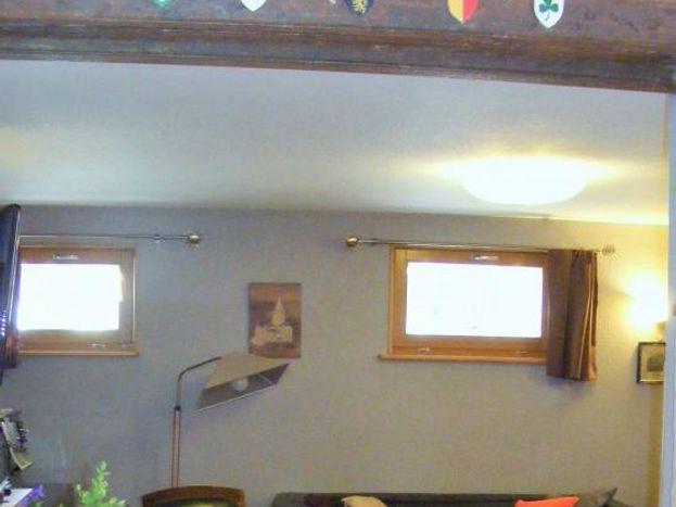 RDC le salon avec 2 ouvrants côté sud 2 canapés, 3 fauteuils, TV,