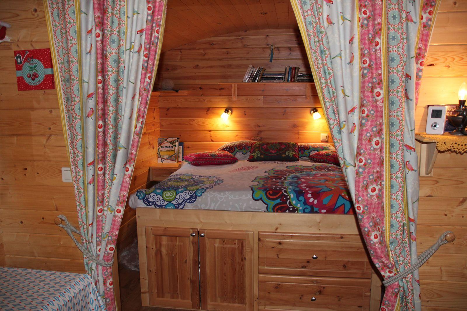 Grand lit dans la roulotte