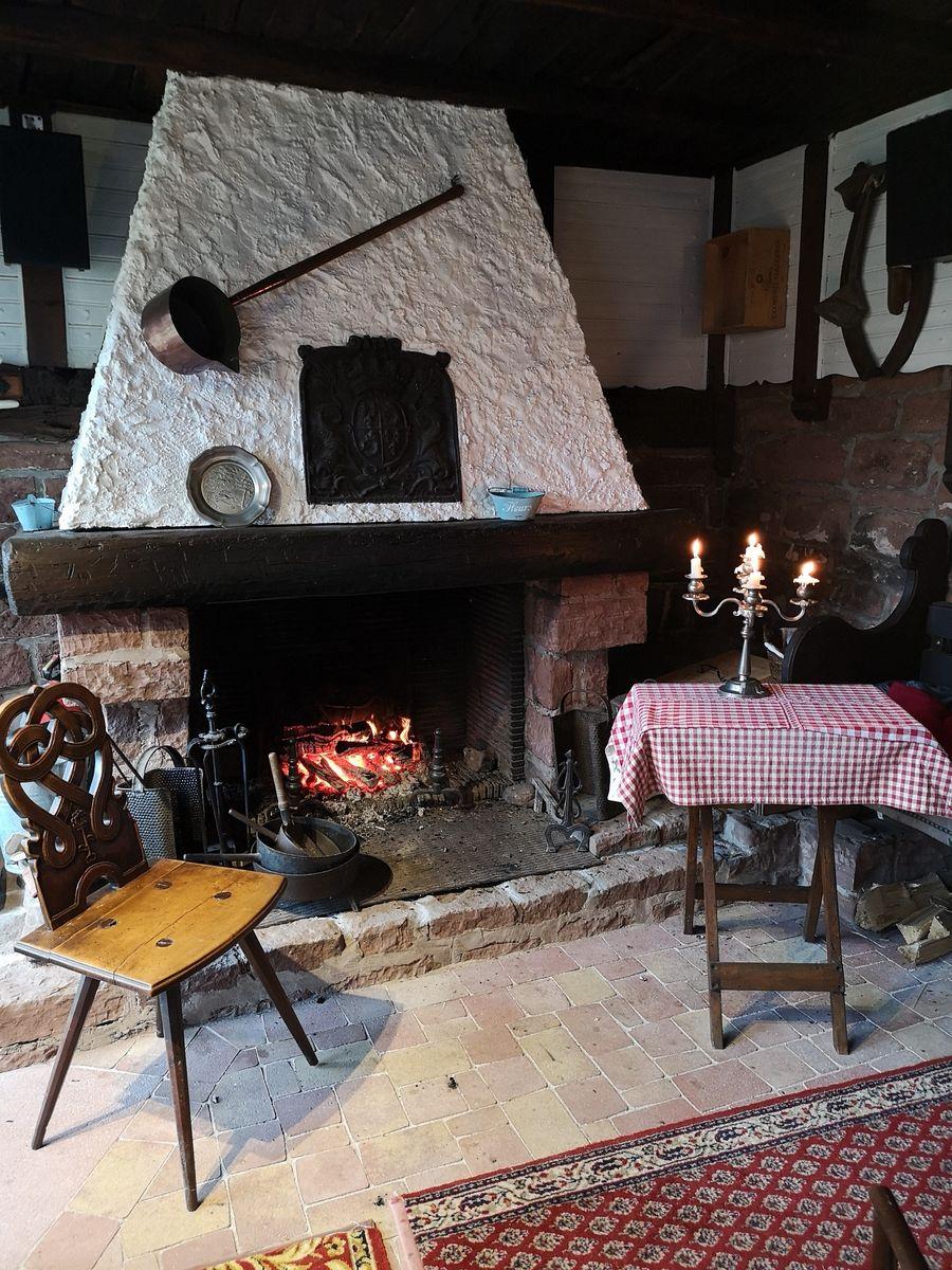 Table d'hôtes autour d'un feu de cheminée
