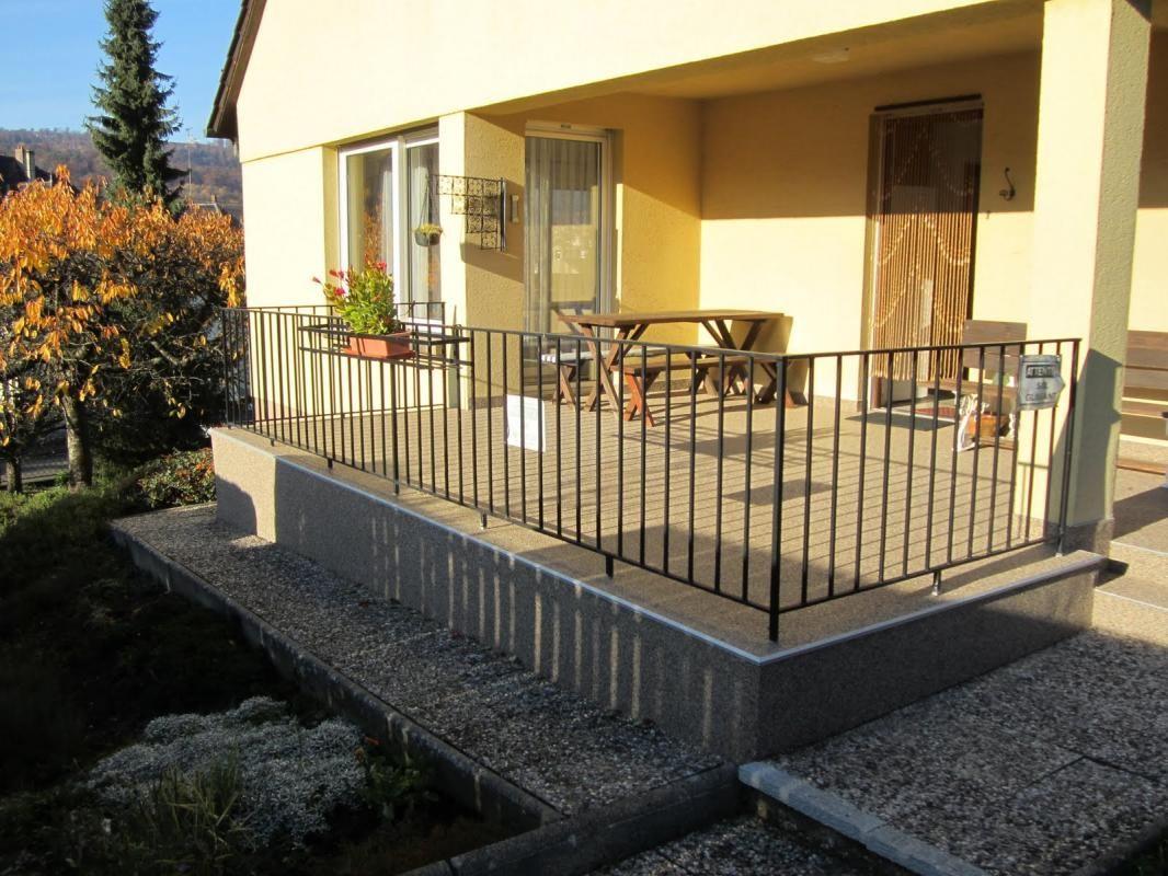 Entrée du gîte par la terrasse (orientée sud), accès direct à la cuisine