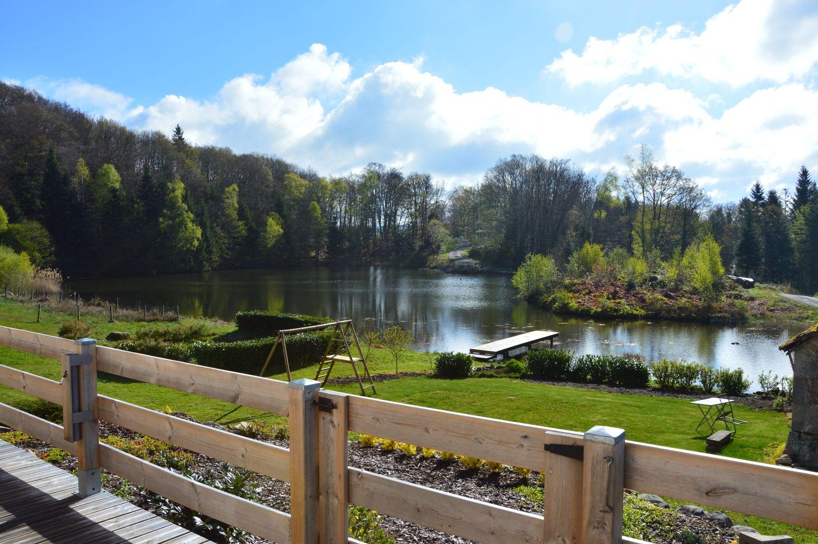 vue depuis la terrasse sur  l'étang aire de jeux avec portique