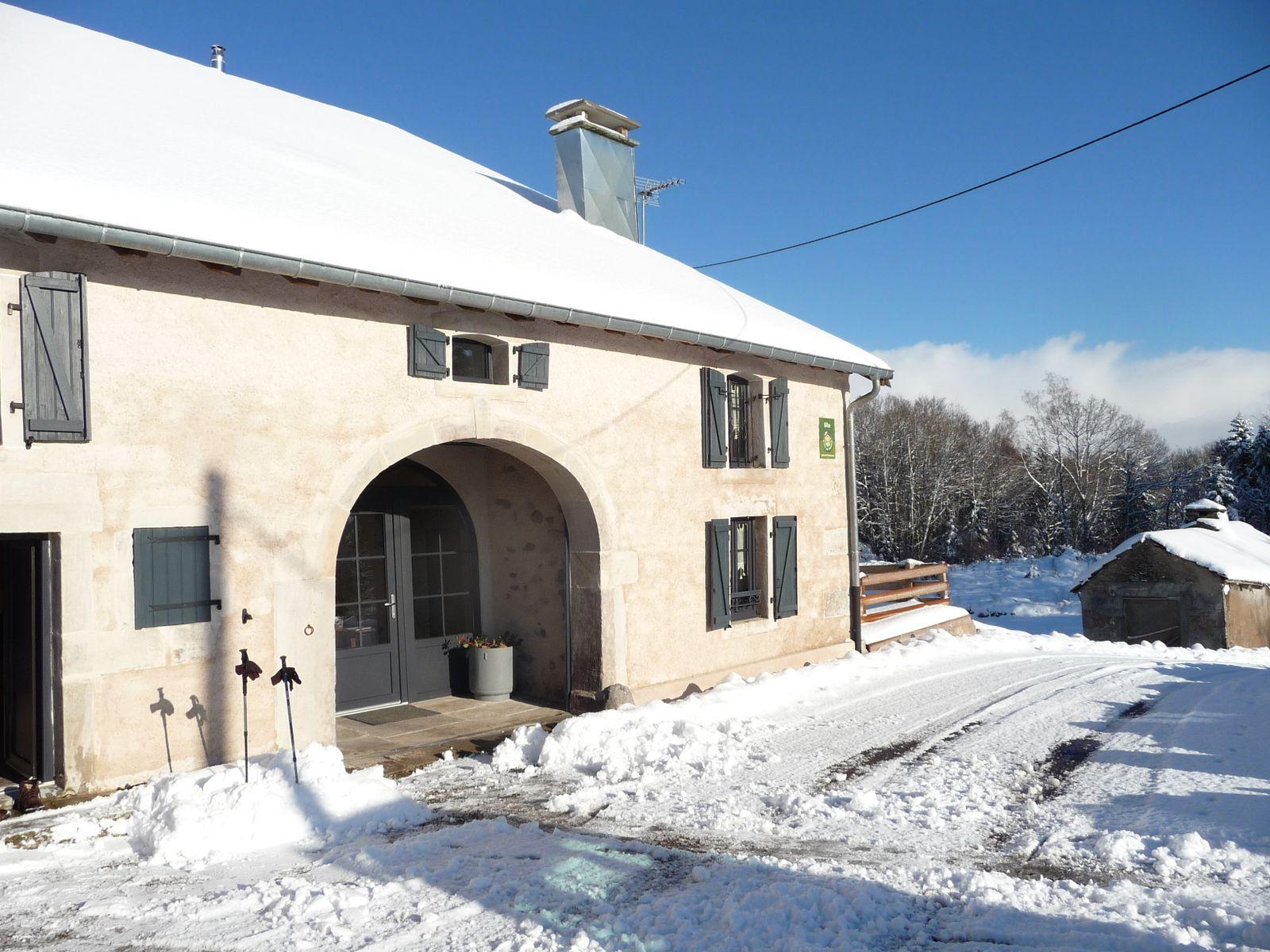 entrée principale  du gîte sous la neige