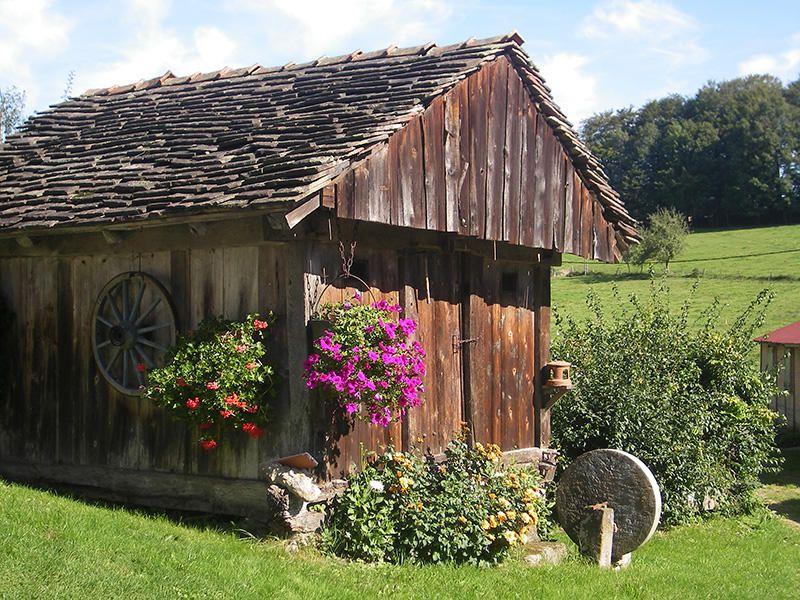 Fougerolles Véritable coffre fort, cette annexe à la ferme, est utilisée comme grenier pour la conservation du grain, de l'alcool, de la nourriture et des trésors de la famille.(le chalot)